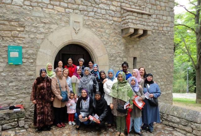 Alumnas de un curso de español para inmigrantes (Cruz Roja Española) tras su visita a la sección de Etnología