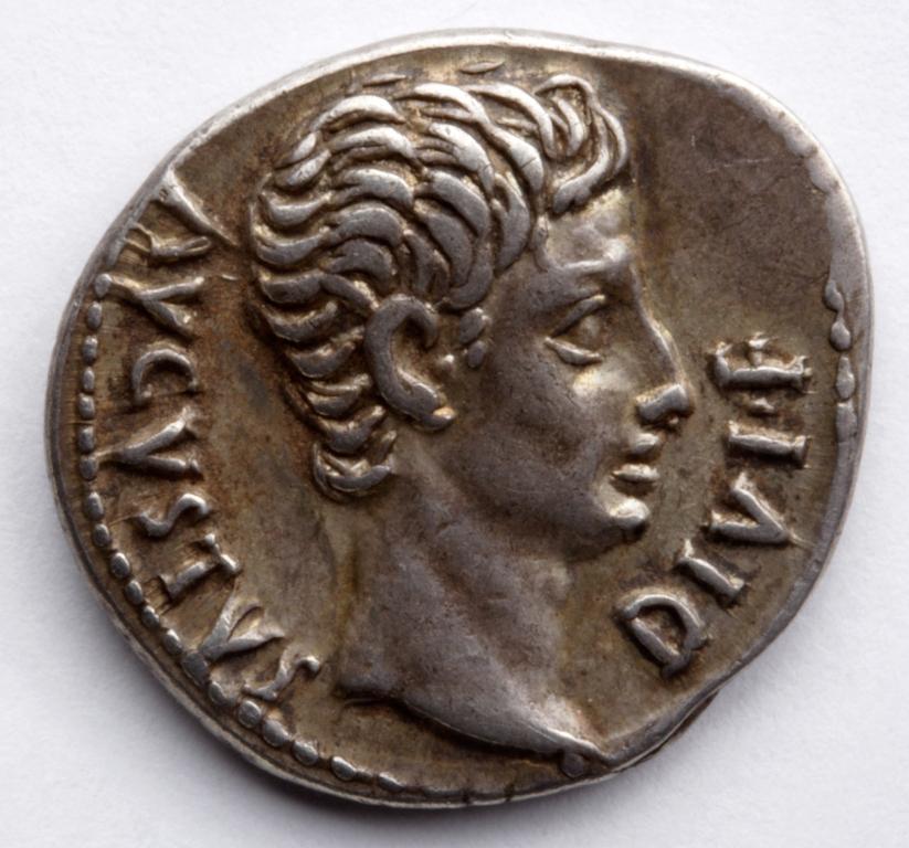 Denario con la cabeza de Augusto- AVGVSVS DIVI- 15-12 A.C. Foto- J. Garrido